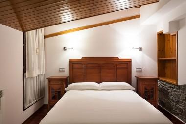 cama principal habitación triple